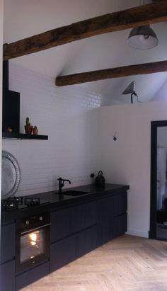 Een stoere industriele keuken op IKEA basis met zwart gelakte en ruw ...