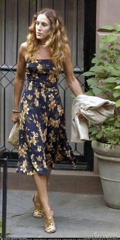 she's Sarah Jessica Parker - Pin Coffee Cullotes Street Style, Nyfw Street Style, Urban Street Style, Street Style Summer, Casual Street Style, Fashion Tv, High Fashion, Carrie Bradshaw Outfits, The Carrie Diaries