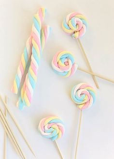 Easy Easter Marshmallow Pops -- great for a party if you can find the marshmallows out of season. Birthday Treats, Party Treats, Unicorn Birthday Parties, Girl Birthday, Birthday Games, Frozen Birthday, Unicorn Birthday Decorations, 1st Birthday Balloons, Little Presents