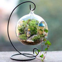 idée géniale comment fabriquer un terrarium suspendu, végétation foisonnante, mini maison et escalier en pierre