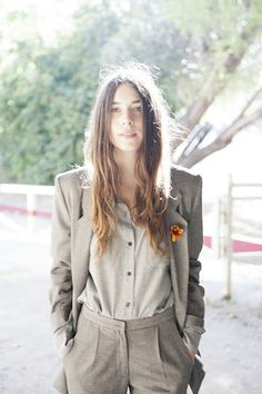 This grey suit would look so much better with a pair of black braces Charlotte Gainsbourg, Suits For Women, Women Wear, Clothes For Women, Haim Style, Danielle Haim, Viernes Casual, Tomboy Stil, Tomboy Fashion