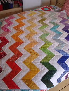 QUILT BARN: Rainbow Zig Zag Quilt I think I'm going to use the chevron pattern to quilt a T-shirt quilt Colchas Quilting, Scrappy Quilts, Quilting Projects, Sewing Projects, Modern Quilting, Rainbow Quilt, Rainbow Chevron, Rainbow Colors, Half Square Triangle Quilts