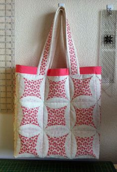 Quilted tote bag - love the Japanese folded technique Quilted Tote Bags, Patchwork Bags, Bag Patterns To Sew, Quilt Patterns, Cathedral Window Quilts, Cathedral Windows, Blue Jean Quilts, Japanese Patchwork, Fabric Bags