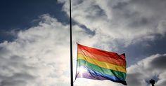 Alors que la fusillade d'Orlando a eu lieu dans un des plus gros clubs gay de la ville de Floride, peu de médias ont caractérisé la tuerie d'homophobe. Pourtant ces mots ont une importance. Utilisons-les.