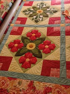 Sewing Quilt Gallery: Works in Progress Great long arm website Hand Applique, Applique Patterns, Applique Quilts, Quilt Patterns, Longarm Quilting, Free Motion Quilting, Machine Quilting, Flower Quilts, Barn Quilts