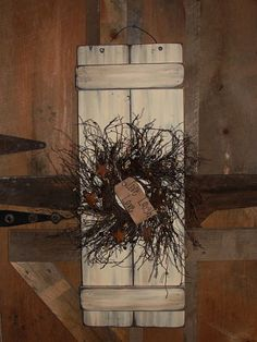wooden shutter with wreath Primitive Shutters, Primitive Wall Decor, Primitive Lighting, Primitive Homes, Wooden Wall Decor, Wood Home Decor, Primitive Crafts, Primitive Kitchen, Wood Wall