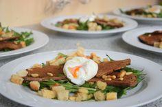 Pochiertes Ei mit Löwenzahn/ Lamm mit Morchelpolenta-Würfeln