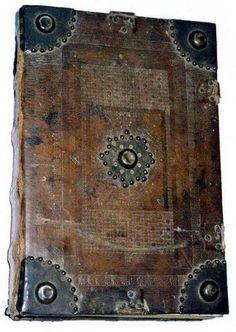 Legatura quattrocentesca in pelle, piatti su assi di legno con elementi in metallo