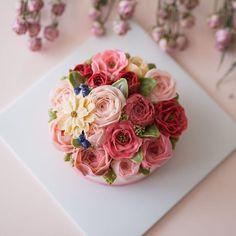 심화반 첫번째 시간입니다. butter cream flowercake . . student's work . #루이스케이크 #이단케이크 #웨딩케이크 #플라워케이크 #플라워케이크클래스 #버터크림 #버터크림케이크 #꽃케이크 #꽃 #꽃스타그램 #케익스타그램 #맛스타그램 #먹스타그램 #베이킹 #홈베이킹 #floral #flowers #flowercake #flowerstagram #instadaily #instagood #instalike #baker #cake #cupcakes #wiltoncake #weddingcake #花ケーキ #生日蛋糕 #koreaflowercake