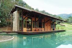 Una casa costruita su piscina naturale
