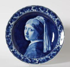 Een grote Delfts blauwe aardewerk schotel met gecontourneerde rand en gedecoreerd naar Johannes Vermeer's 'Het meisje met de parel'. Gemerkt De Porceleyne Fles en met jaarletter 1938.