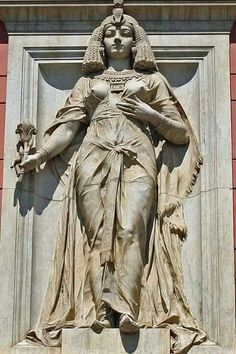 Statue of Cleopatra VII in the facade of the Museum Egyptian , Cairo , Egypt