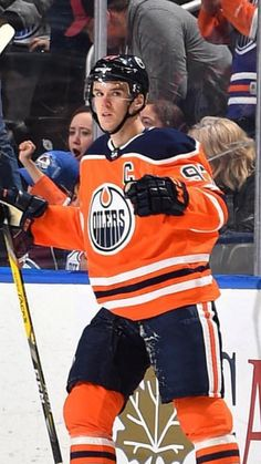 Connor Mcdavid, Edmonton Oilers, Nfl Fans, National Hockey League, Sports Photos, Hockey Players, Hot Guys, Beast, Wings