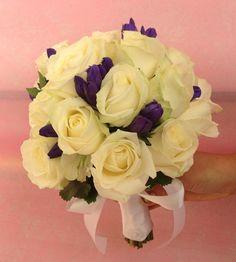 la simplicité d'un bouquet de roses blanches