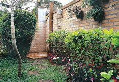 O bambu mossô concede altura ao jardim, sem ocupar espaço. Para a privacidade de quem se utiliza da ducha panelão, cujo cano foi embutido numa tora de madeira, a espécie escolhida foi a murta, plantada próxima ao gradil que separa a casa da rua