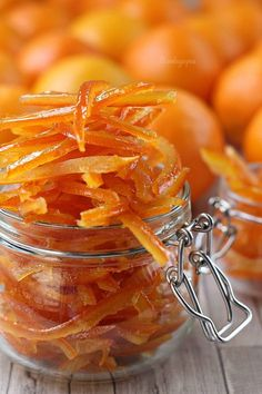 Cascaras de naranja confitadas Cookie Desserts, Dessert Recipes, Orange Confit, Candied Orange Peel, Pan Dulce, Chutney, Food Videos, Sweet Recipes, Tapas