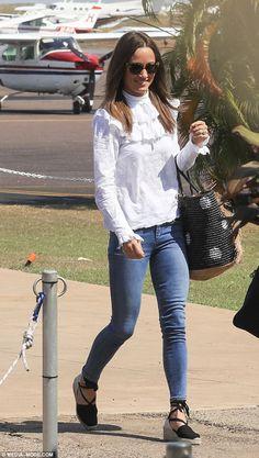 Pippa Middelton imaginó caminando hacia el aeropuerto de Darwin el jueves luciendo un elegante blusa blanca bordado inglés por Orla Kiely y AUD $ 200 alpargatas Castaner