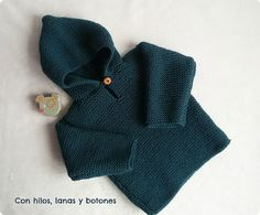 Hooded Baby Jersey, free knitting pattern and photo tutorial (in Spanish but easy to follow, with Google Translate enabled) viaCon hilos, lanas y botones