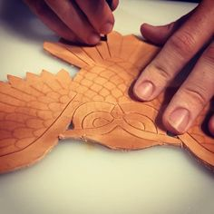 A short clip of cutting the tail feathers on the latest leather working project, an owl hair pin. Diy Leather Gifts, Diy Leather Projects, Leather Craft Tools, Leather Bags Handmade, Leather Carving, Leather Art, Sewing Leather, Leather Tooling, Leather Working Patterns