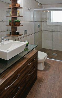 Com projeto idêntico, dois banheiros trazem revestimentos diferentes - Casa