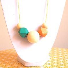 Sautoir graphique perles en bois géométriques turquoise foncé, jaune ocre foncé et bois naturel sur fil de coton