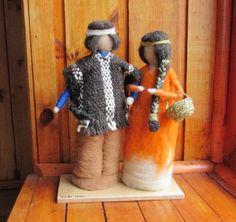 Pareja de Huilliches, esculturas en fieltro combinada con la técnica de telar mapuche Wool Dolls, Felt Dolls, Needle Felted Animals, Felt Animals, Wet Felting, Needle Felting, Felt Fairy, Tapestry Weaving, Fairy Dolls