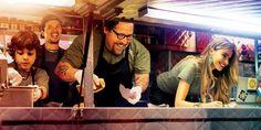 映画『シェフ 三ツ星フードトラック始めました』 予告編 2015年2月28日(土)公開  ジューシーな料理の数々やご機嫌なラテン音楽、旅行気分を味わえる風景に観終わった後の爽快感はピカイチ♪  ロサンゼルスにある一流レストランの‐総料理長‐カール・キャスパーは、メニューにあれこれと口出しするオーナーと対立し、突然店を辞めてしまう。次の仕事を探さなければならない時にマイアミに行った彼は、絶品のキューバサンドイッチと出逢う。その美味しさで人々に喜んでもらう為に、移動販売を始めることに。譲り受けたボロボロのフードトラックを改装し、マイアミ~ニュー・オリンズ~オースティン~ロサンゼルスまで究極のキューバサンドイッチを作り、売る旅がスタートした―。