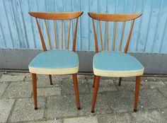2 unieke jaren 50-60 houten retro stoelen, keukenstoelen met blauw en creme skai bekleding.