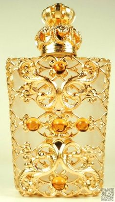 Vintage perfume bottle of filigree. What appear to be the 4 accounts? In the front of the bottle. OK 5 balls. Antique Perfume Bottles, Vintage Bottles, Objets Antiques, Cristal Art, Perfumes Vintage, Glas Art, Beautiful Perfume, Bottle Art, Mellow Yellow