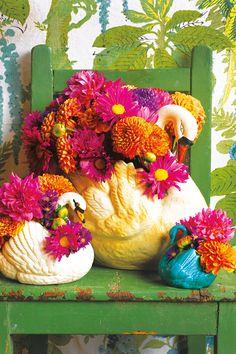 vintage ~ kitch ~ Swan vase colourful arrangements