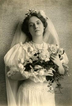 Maude Fealy was known for her great beauty and her talent. For those who still don't know Maude Feale, this is her story. Vintage Photographs, Vintage Photos, Ancient Beauty, Poses, Vintage Beauty, Retro, Old Photos, Vintage Ladies, Wedding Dresses