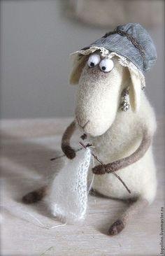 Купить или заказать Овечка Изольда в интернет-магазине на Ярмарке Мастеров. Овечка Изи.Большая рукодельница. Выполнена из новозеландского кардочеса на проволочном каркасе Овечке без дела совсем не сидится - Любой индивидуум должен трудиться: Помыла посуду, гвоздь в стену забила, Покрасила лавочку, клумбу разбила, Обед приготовила, вымыла кошку, В починку снесла сапоги и гармошку. Хотела минутку вздремнуть на досуге, Но села вязать новый свитер подруге…