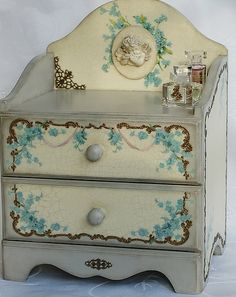 I love little wooden boxes like this and really want to learn how to make them for myself. Decoupage Furniture, Decoupage Box, Decoupage Vintage, Hand Painted Furniture, Painted Wooden Boxes, Painted Jewelry Boxes, Wood Plastic, Turquoise Cottage, Pretty Box