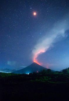 Super Blue Blood Moon perfectly aligns with the eruption of Mount Mayon