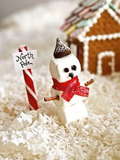 Marshmallow Snowman - gonna make him to guard my Gingerbread House Gingerbread House Designs, Gingerbread House Parties, Gingerbread Village, Gingerbread Decorations, Christmas Gingerbread House, Gingerbread Cookies, Holiday Crafts, Holiday Fun, Holiday Ideas
