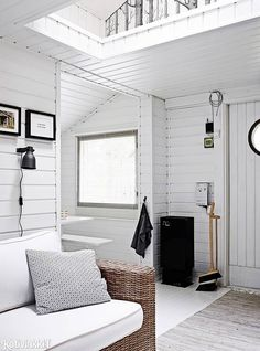 Bright white entryway of summer cottage in Sipoo, Finland. Cottage Design, Cottage Style, Luxury Homes Interior, Home Interior Design, Scandi Living, White Room Decor, Inside A House, Beach Cottage Decor, Scandinavian Home