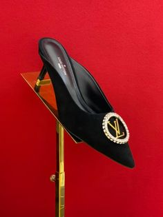 Christian Louboutin Shoes, Louboutin Pumps, Sneaker Heels, Sneakers, Ladies Shoes, Yeezy, Dior, Gucci, Chanel