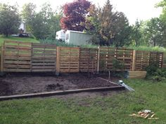 #Garden, #PalletFence, #RecyclingWoodPallets To make this fence, I've used some pallets, 3 feet metal stakes, some 3-inch screws, arms, patience, and a man who has the eye and skill, ideally, a land surveyor!   Des palettes, des piquets de métal de 3 pieds, des 4x4 de 4 pieds, des vis de 3