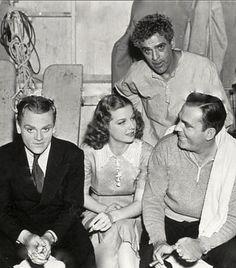 """Boris Karloff visita a James Cagney Ann Sheridan y Pat O'Brien en el rodaje de """"Ángeles con Caras Sucias"""" (Angels with Dirty Faces), 1938"""