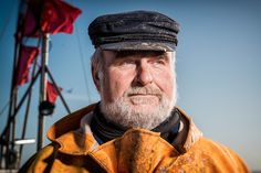 Jürgen Krieger ist ein waschechter Wittower. Er wurde auf dem Windland geboren, ist hier aufgewachsen, fest verwurzelt und alles andere als ein Windflüchter. Der stämmige Mann stellt sich den Naturgewalten, dem Sturm, dem Regen, auch Eis und Schnee. Jürgen Krieger ist der letzte aktive Berufsfischer von Dranske. Pic by pocha.de