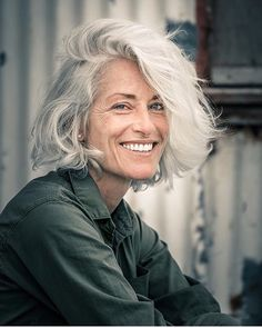 beautiful gray hair, wonderful expression // hairstyles over 50 Source by Hairstyles Over 50, Trendy Hairstyles, Pelo Color Plata, Grey Hair Over 50, Grey Hair Inspiration, Ageless Beauty, Pure Beauty, Aging Gracefully, Going Gray Gracefully