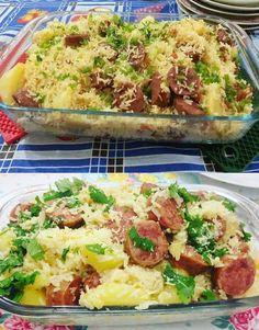 INGREDIENTES: 2 xícaras (chá) de arroz cru 1 cebola picada 2 dentes de alho picado 4 batatas cortadas em rodelas grossas 2 gomos de linguiça calabresa defumada, cortadas em rodelas 4 xícaras (chá) de água fria 2 cubos de caldo de galinha 1 tomate... Arroz Biro Biro, Meat, Chicken, Carne Asada, Mayonnaise, Roasts, Smoked Sausages, Omelettes, Meals