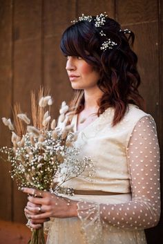 bride with bunny tail grass bouquet