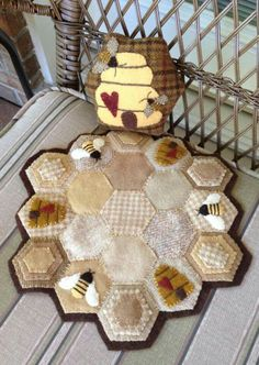 Buzy Bee from In the coop book. Reminds me of my Dad, who was a bee keeper. Wool Quilts, Mini Quilts, Penny Rugs, Paper Piecing, Penny Rug Patterns, Print Patterns, Wool Embroidery, Bee Crafts, Hexagon Quilt