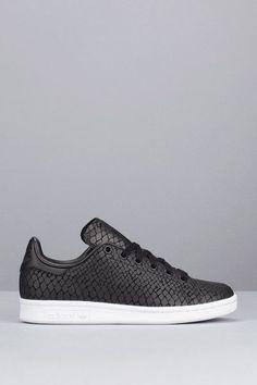 wholesale dealer 9e018 32228 Tendance Chaussures 2017  2018   Description Sneakers noires imprimées  reptile Stan Smith Adidas Originals sur MonShowroom.com