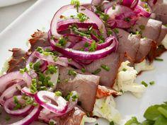 Roastbeefröllchen mit Spitzkohl gefüllt ist ein Rezept mit frischen Zutaten aus der Kategorie Rind. Probieren Sie dieses und weitere Rezepte von EAT SMARTER!