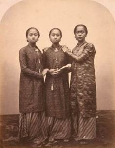 The Three Graces Isidore van Kinsbergen, c. Indonesian Women, Old Portraits, Dutch East Indies, Tribal People, African Diaspora, Vintage Pictures, Fabric Painting, Southeast Asia, Old Photos