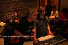 Leo García (Musical Cosmos Galáctico) y Mariano Barnes grabando bases en MCL Estudios junto al equipo Luzmama, Dany Suares de Bersuit, Ale Schanzenbach y Fede Arroyo. fotografía: Marcela Villagrán.