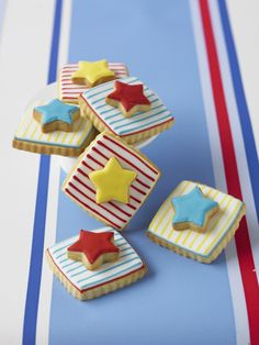 #CakeDecorating #LearnWithUs Super stripes! Double Decker #Cookies #Issue24