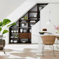 rangement sous escalier en bois foncé à fonction buffet de salle à manger